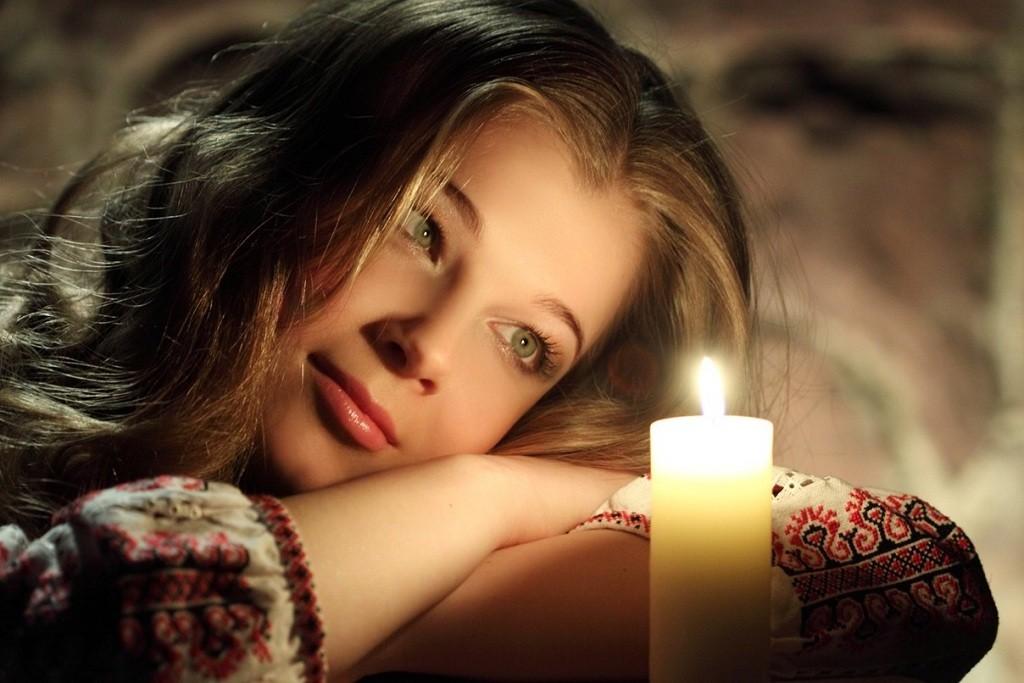 Фото: Дамский взор на горящую свечу