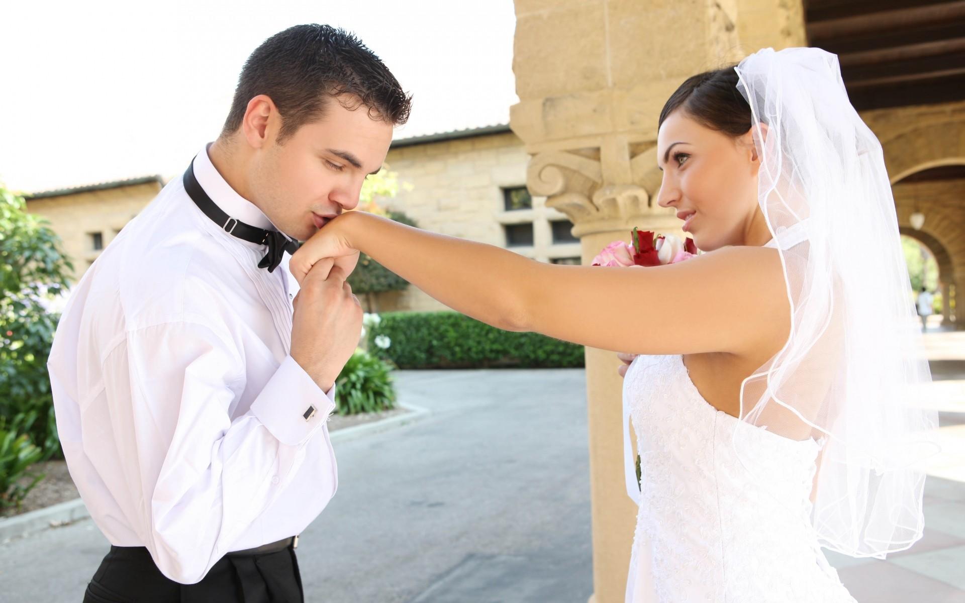 Фото: Поцелуй жениха руки невесты