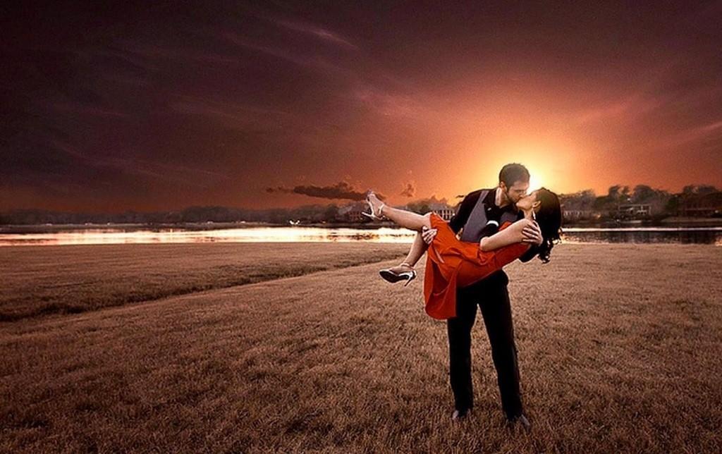 Фото: Нежный поцелуй влюбленной пары на закате