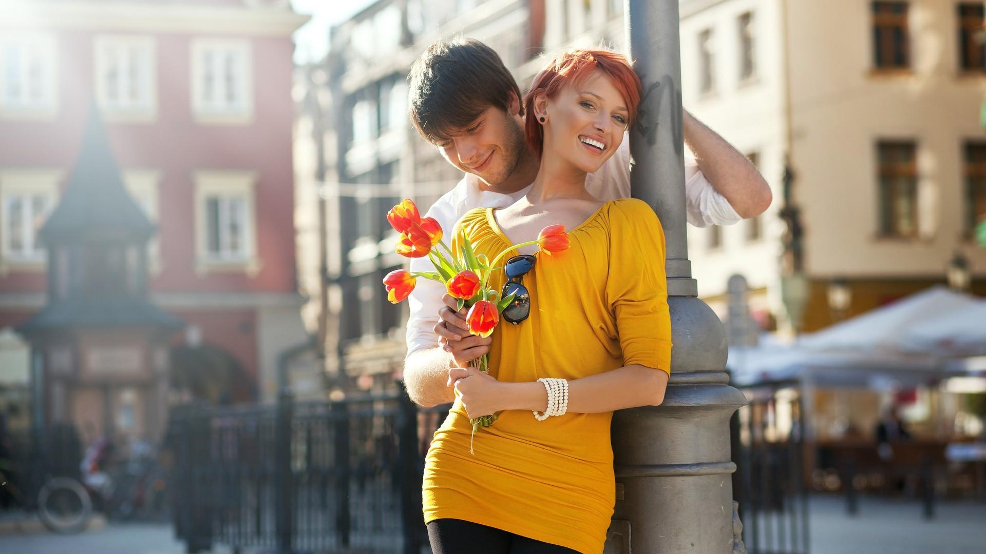 Фото: Парень дарит девушке тюльпаны