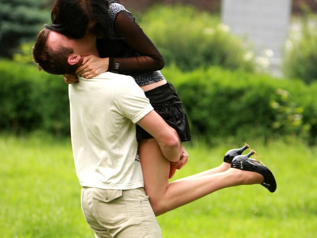 Фото: Страстный поцелуй в парке