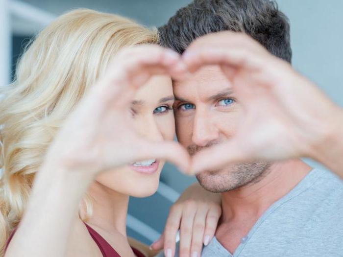 Фото: Влюбленные соединили руки в виде сердца
