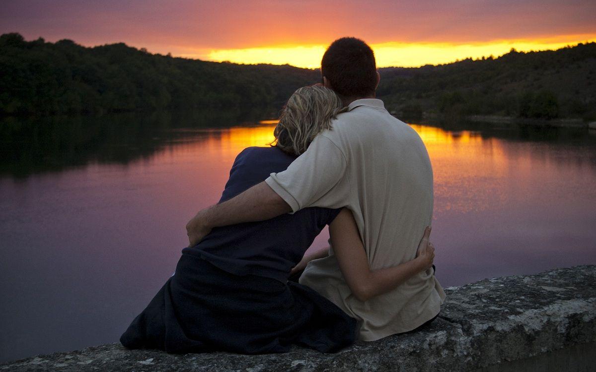 Фото: Влюбленная пара встречает рассвет