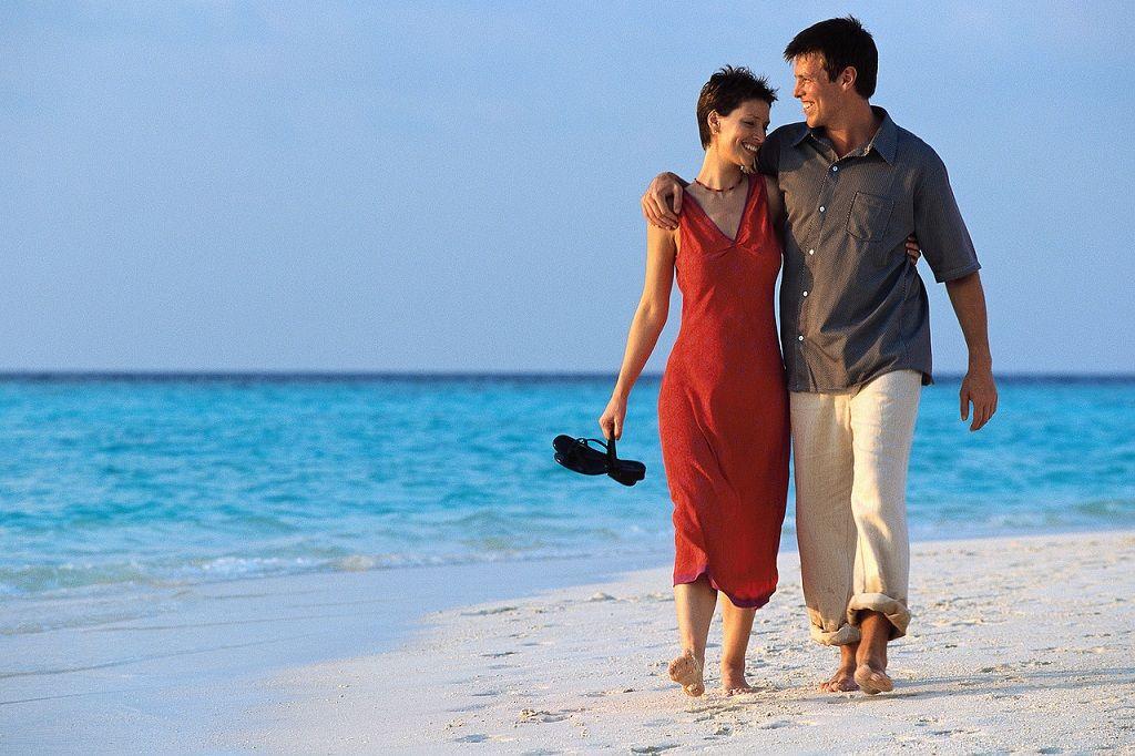 Фото: Влюбленные на прогулке морским пляжем