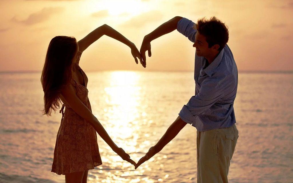 Фото: Форма сердца руками влюбленных