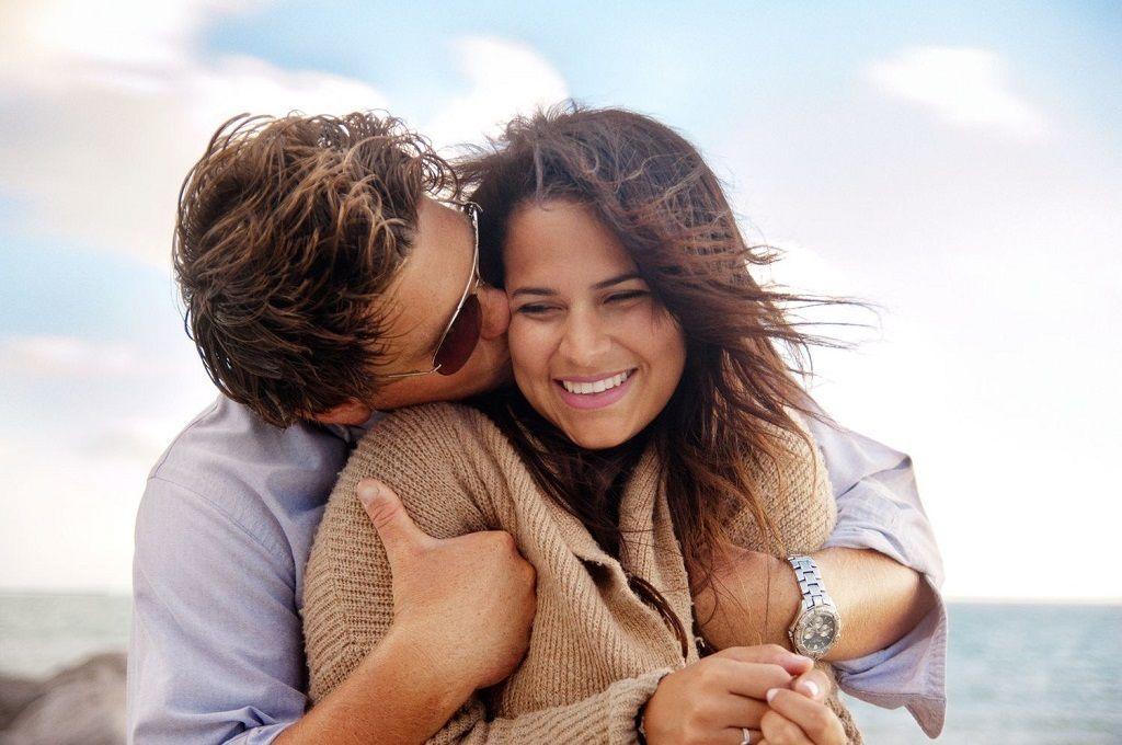 Фото: Нежные объятия с поцелуем возлюбленных