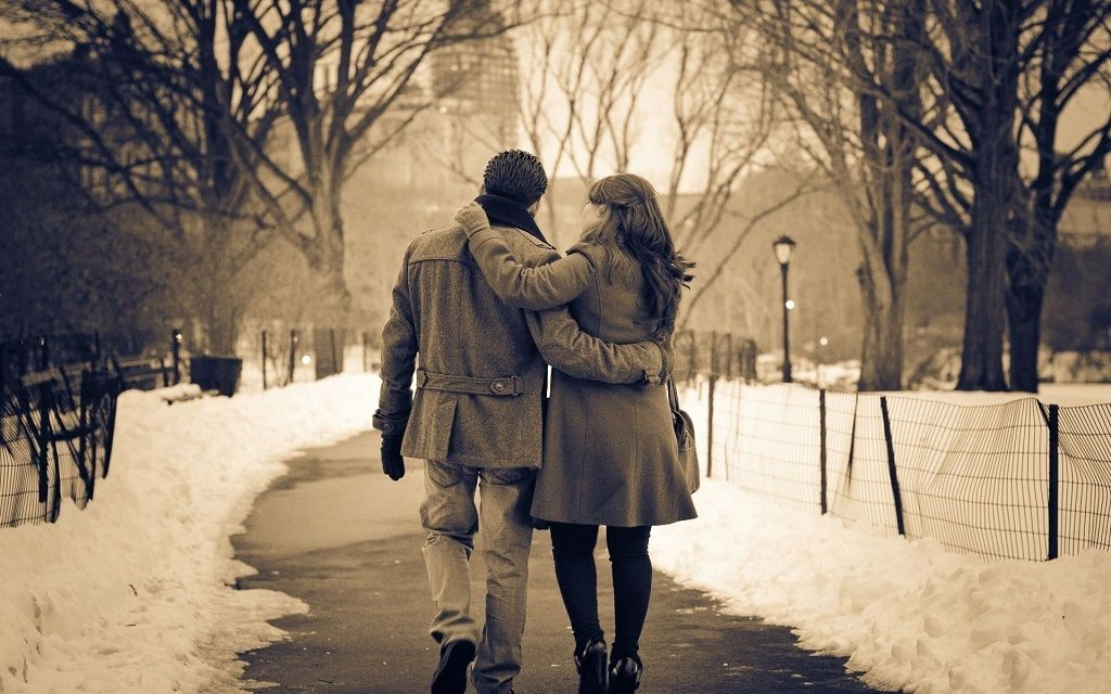 Фото: Зимняя прогулка супругов в парке