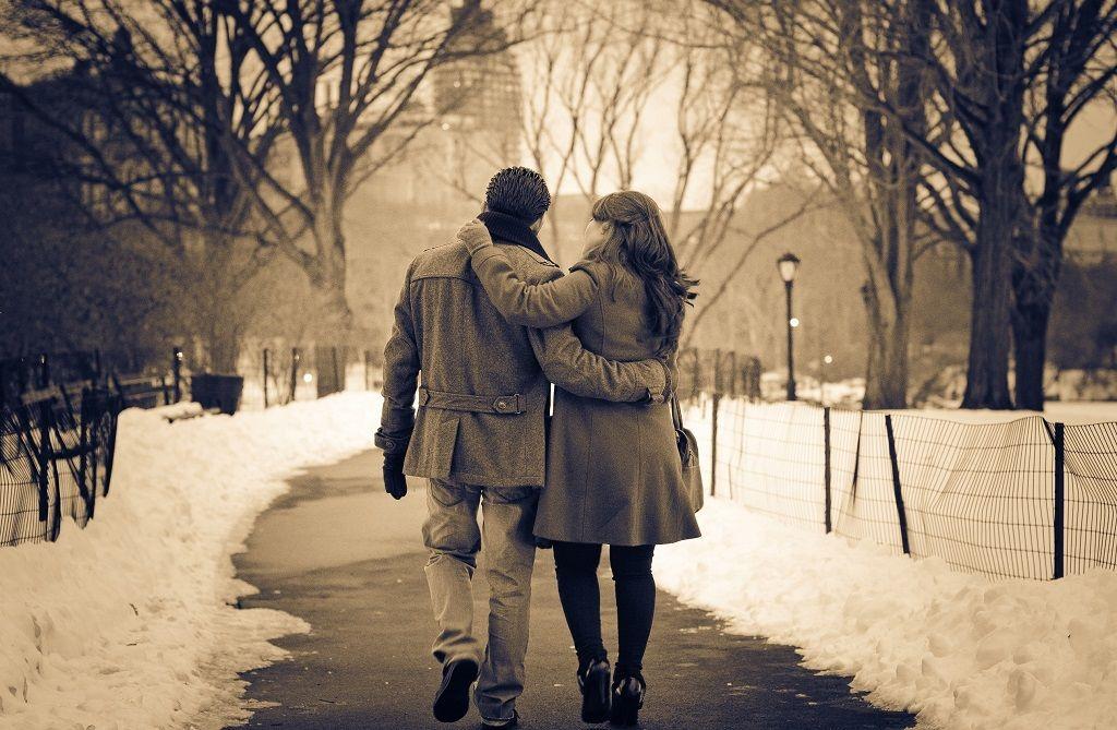 Фото: Зимняя прогулка влюбленных в парке