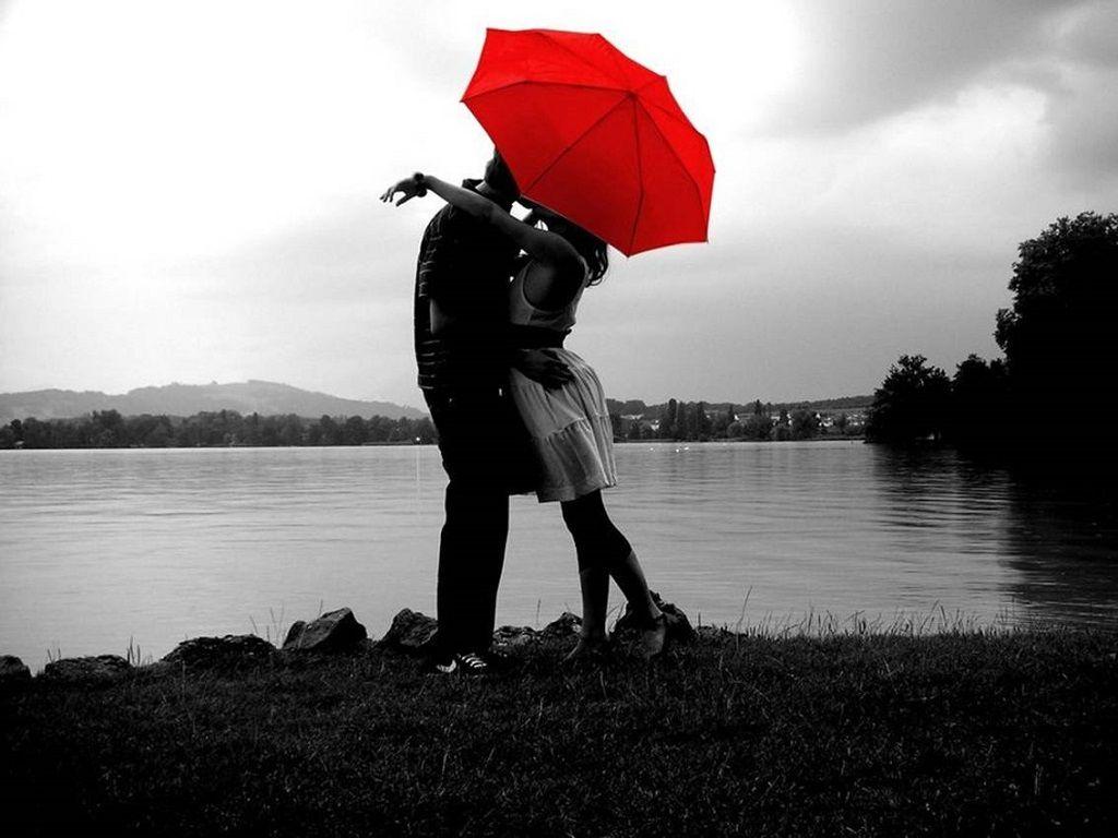 Фото: Объятие влюбленных под красным зонтом