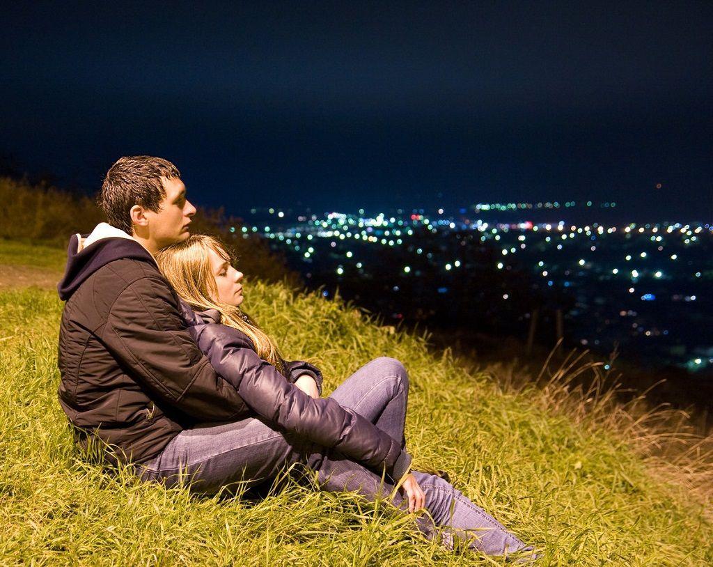 Фото: Она и он взор на ночной город