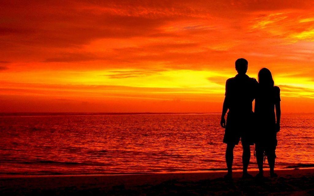 Фото: Влюбленная пара у моря на закате