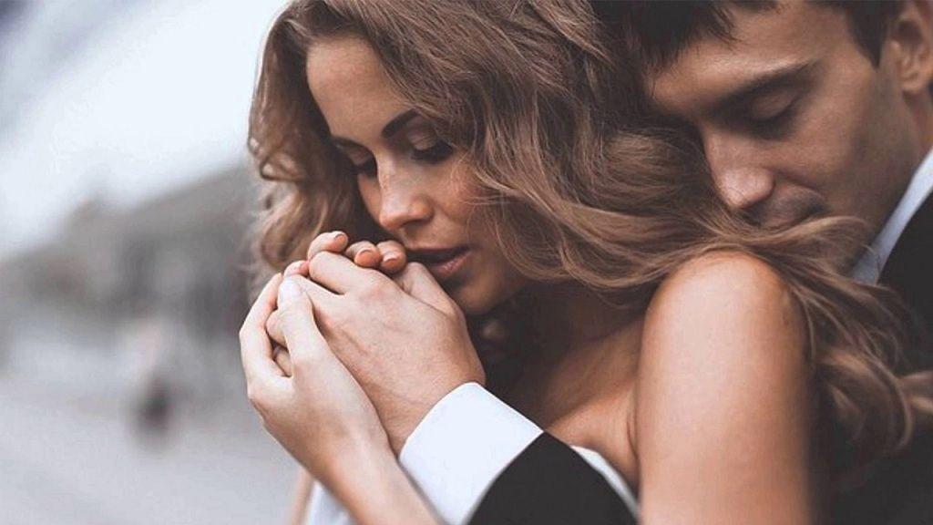 Фото: Муж и жена обнимаются