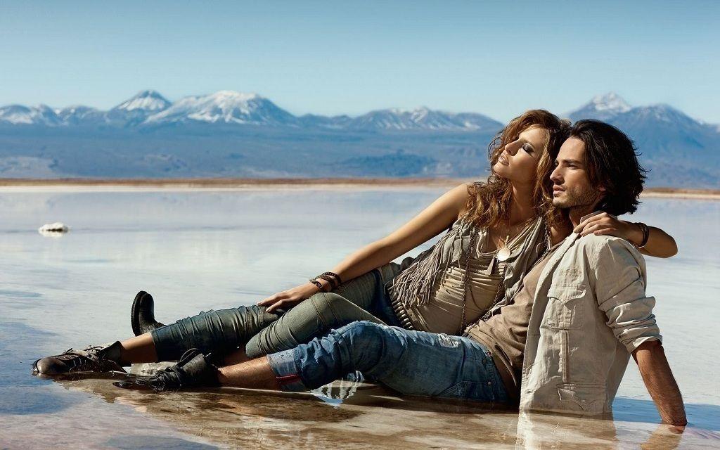 Фото: Влюбленная пара на морском пляже