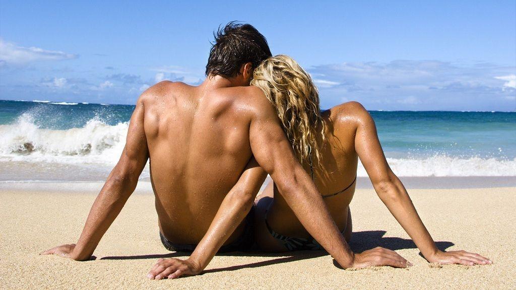 Фото: Влюбленная пара на пляже