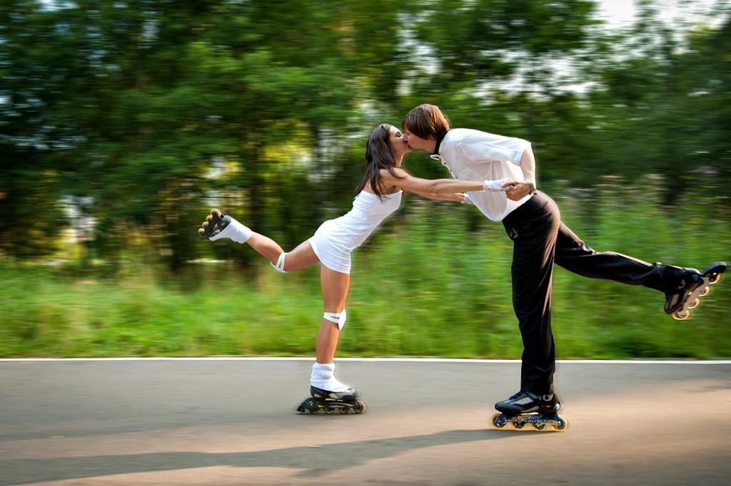 Фото: Соблазнение мужчины поцелуем на роликах