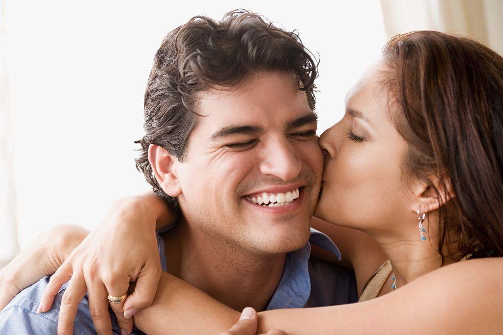 Фото: Скромный поцелуй влюбленных