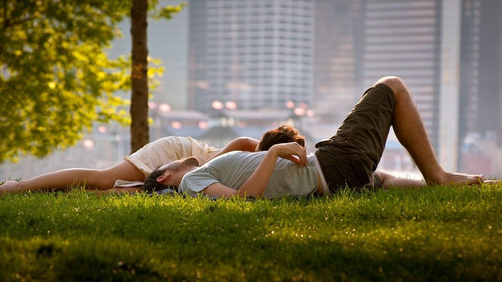 Фото: Отдых возлюбленных в городском парке