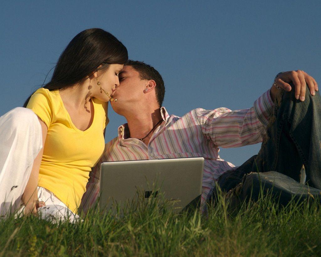 Фото: Романтический поцелуй на природе