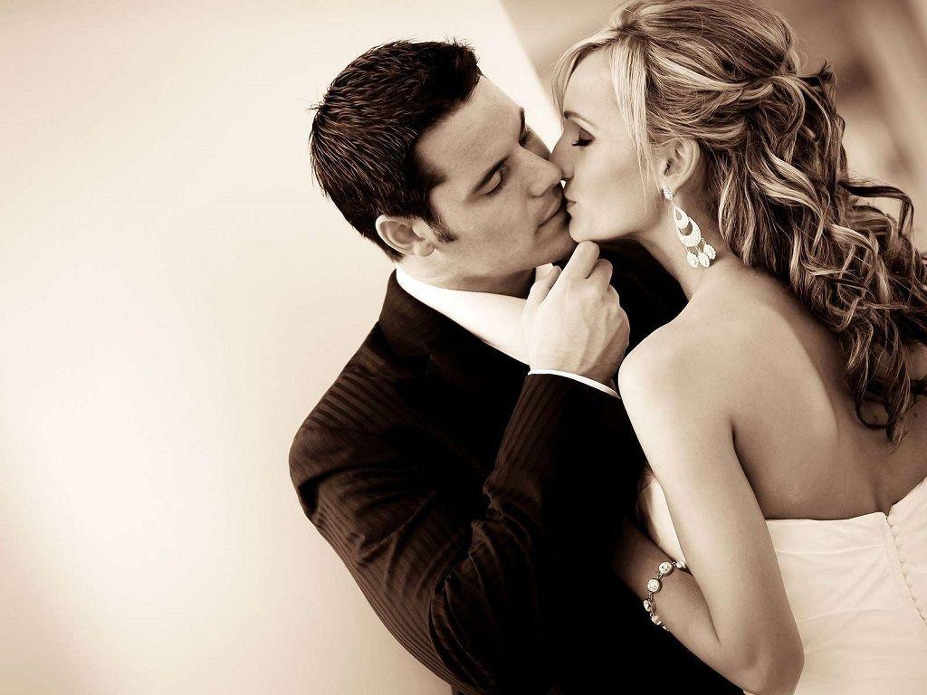 Фото: Слияния губ в поцелуе незнакомцев