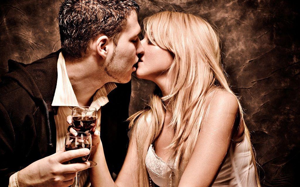Фото: Парень с девушкой пьют вино и целуются