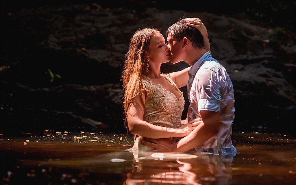 Фото: Поцелуй в воде влюбленных