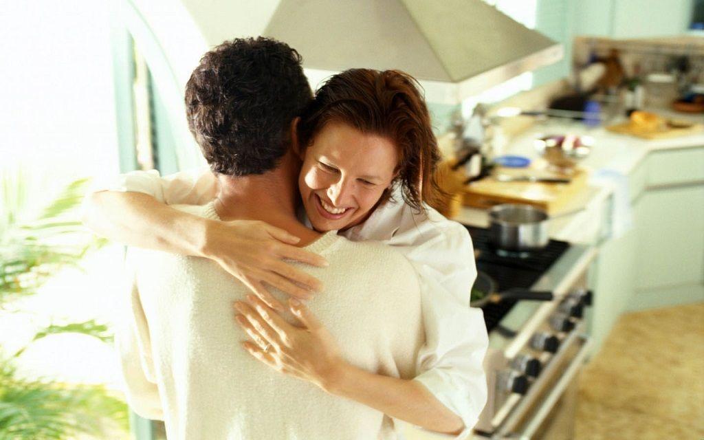 Фото: Жена обнимает супруга