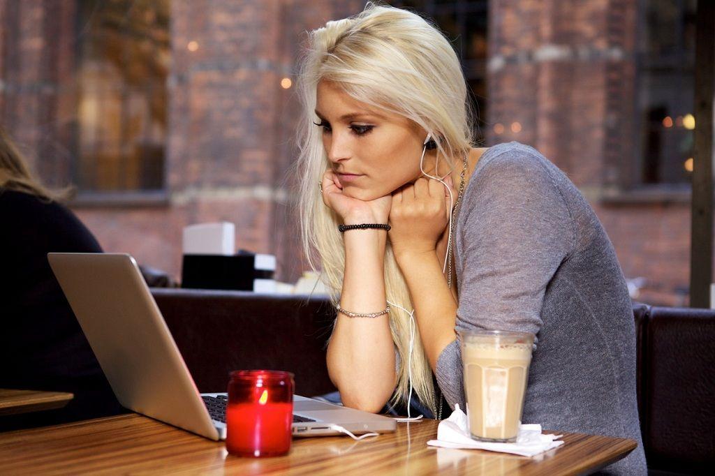 Фото: Девушка за ноутбуком с кофе