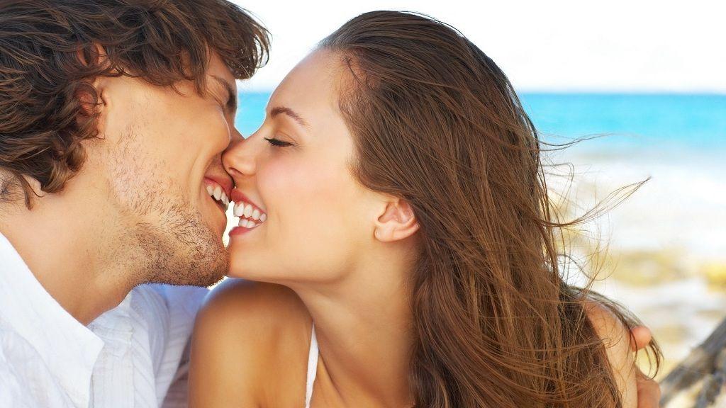 Фото: Поцелуй парня и девушки