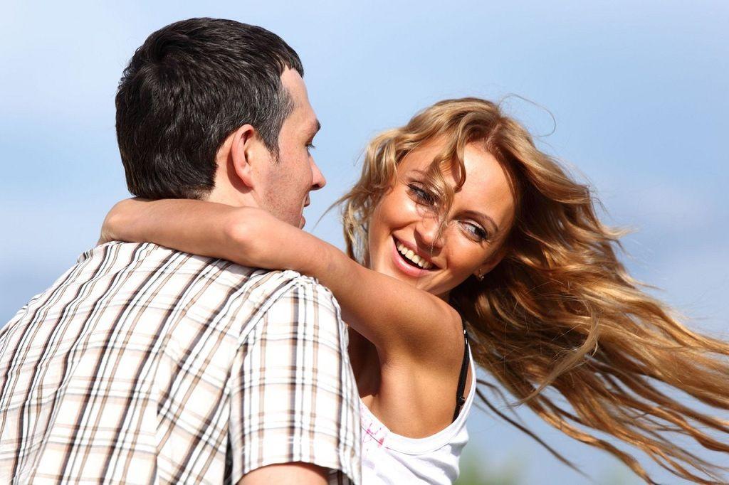 Фото: Счастливые парень и девушка