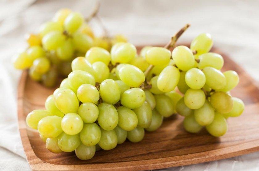 белый виноград на тарелке